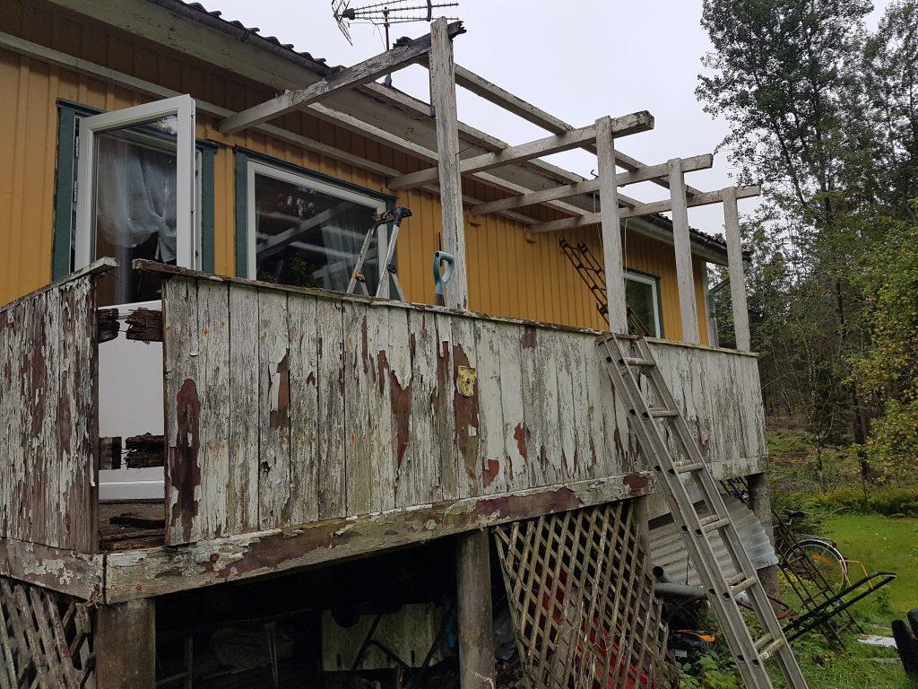 Rivning av gammal balkong