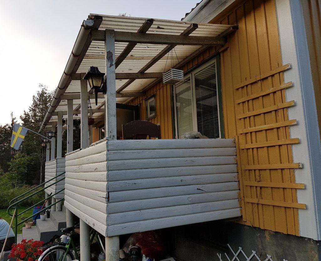 Befintlig balkong på baksidan. Även denna är i behov av renovering.