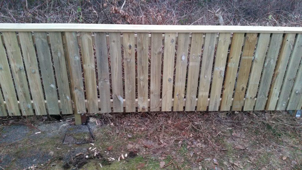 Närbild på nytt staket.